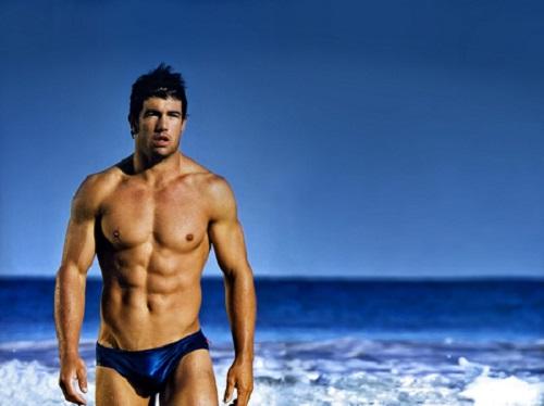 Nam giới có nên mặc quần lót bên trong quần bơi không