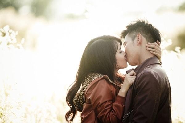 con gái chủ đông trong cách hôn khiến chàng mê mệt say đắm