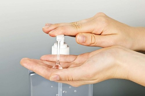 Làm tình bằng tay có ảnh hưởng gì không? Sử dụng gel khi làm tình bằng tay