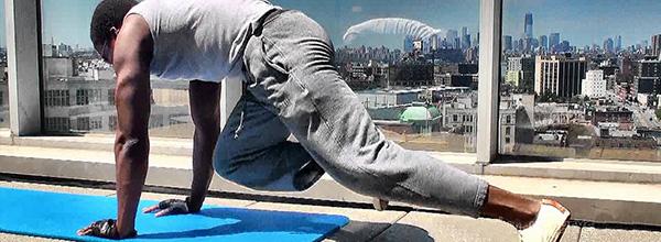 tập plank với tư thế đầu gối chạm khuỷu tay