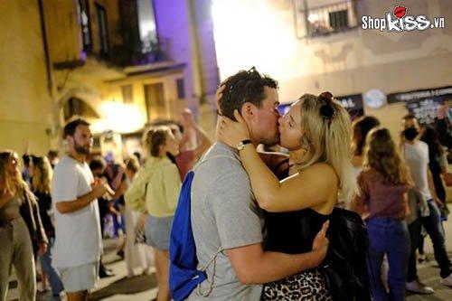 Tại sao đàn ông thích hôn môi con gái nơi công cộng?