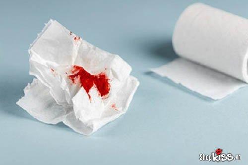 Phụ nữ vừa hết kinh quan hệ ra máu có sao không