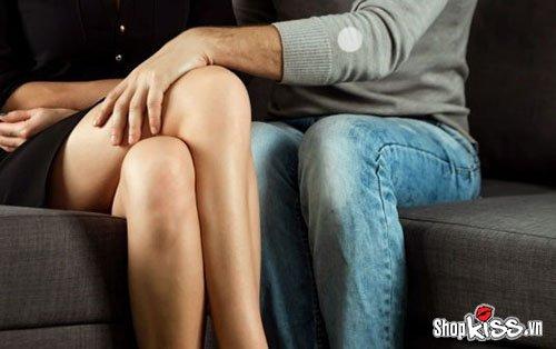 Tại sao con trai thích đụng chạm khi hôn